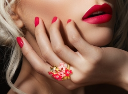 Bagues, ongles et lipstick