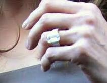 Angélina et sa bague au doigt