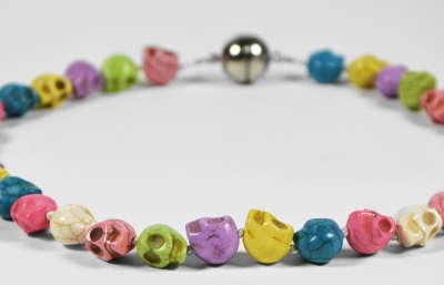 Le collier à têtes de morts