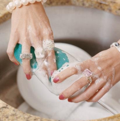 Et faites faire la vaisselle à votre copain car ça abime vos bijoux.