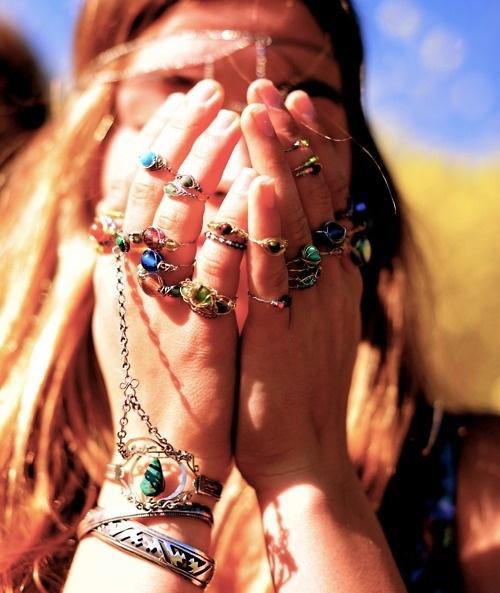 """Dans la série """"j'en mets partout"""", du bijoux psychédélique à tour de bras."""