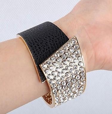 Le bracelet manchette en strass.