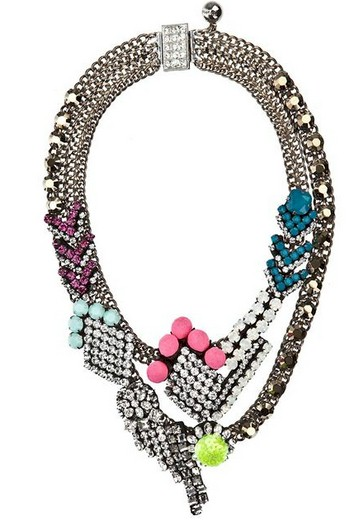 Chez Shourouk, un collier strass qui tue !