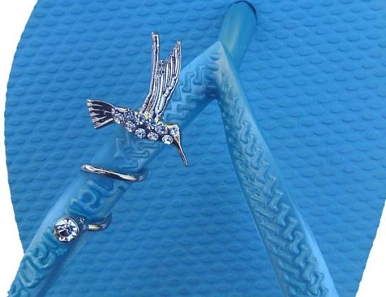 Original, un colibri en bijou de tong pour l'été