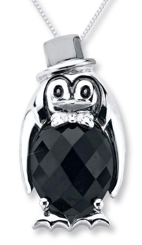 Un pingouin à chapeau pour ce pendentif