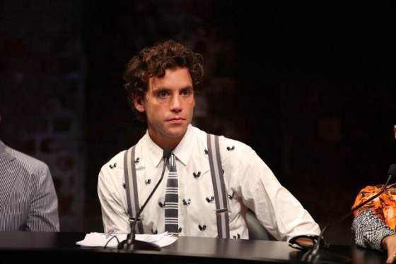 Notre dandy Mika que l'on retrouve souvent avec des bretelles.