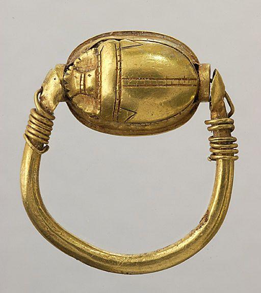 Bague scarabée de la dynastie d'Athor