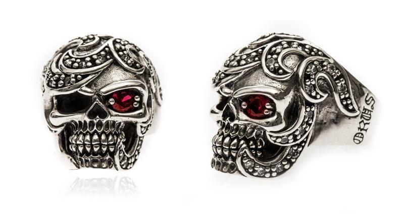 bague rock et tribal avec tête de mort et pierre rouge